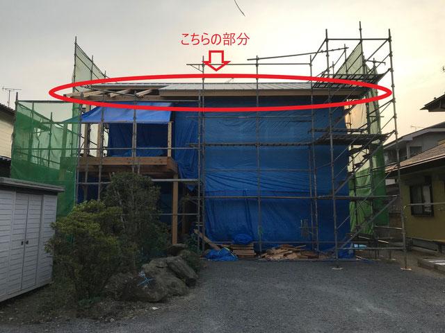 建物全体の写真で屋根部分を赤い丸で囲んである