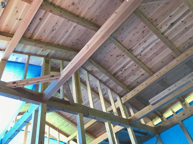 2階の天井を見上げると屋根下地である野地板が見える