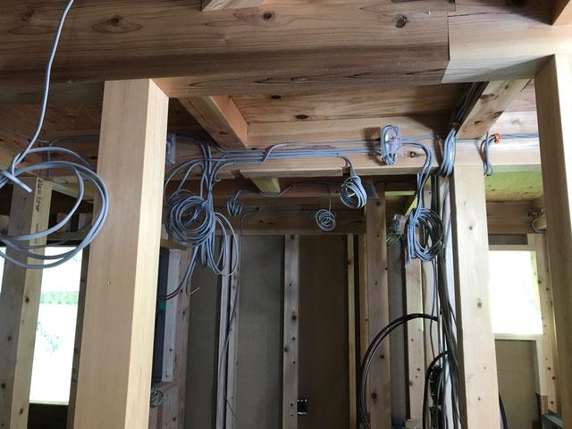 2階の天井を見上げると照明の配線がしてある