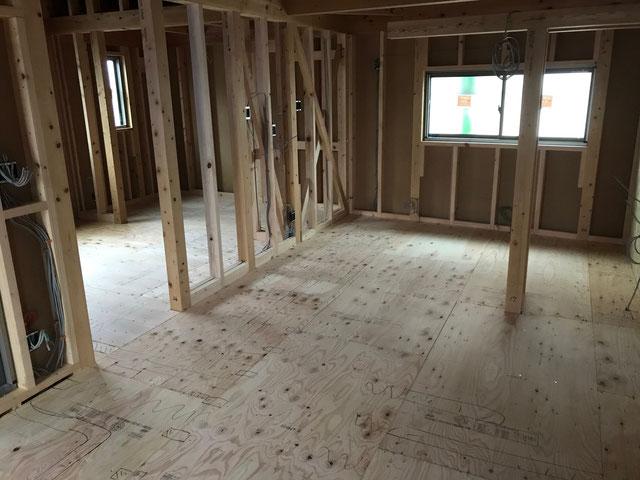 2階の床全体にラーチ合板が張られている