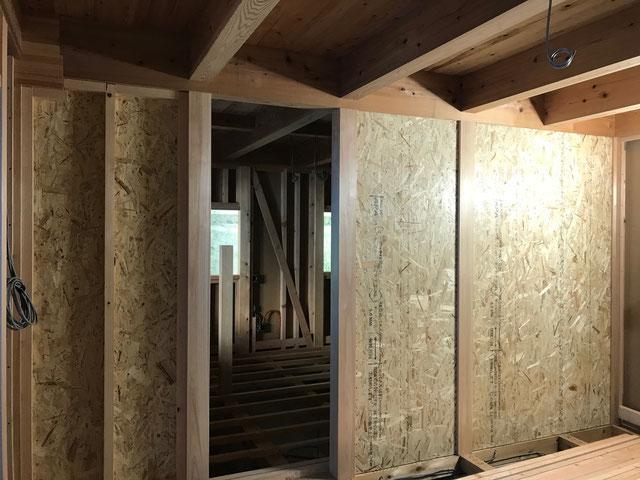 栃木県のバルコニー菜園のある家の家づくりの様子/内壁の耐力面材の施工