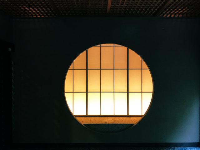 障子の後ろに薄っすらと明かりが灯る幻想的な風景