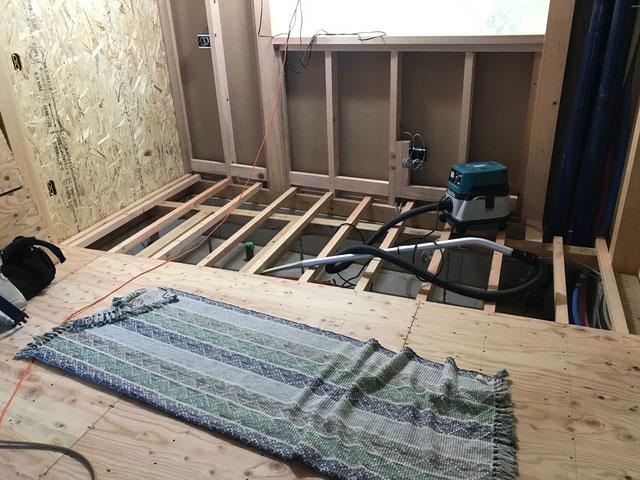 1階の根太の上にラーチ合板という木の板を施工している