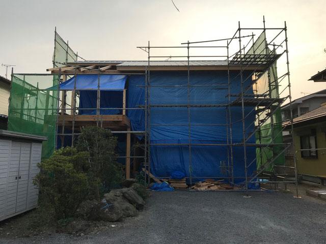 屋根仕上げ材が取り付いた後の建物全体の様子