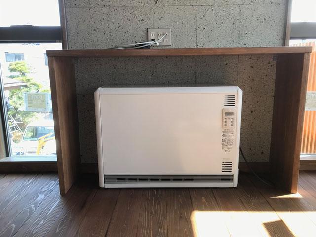 栃木県のバルコニー菜園のある家の家づくりの様子/蓄熱暖房機の設置
