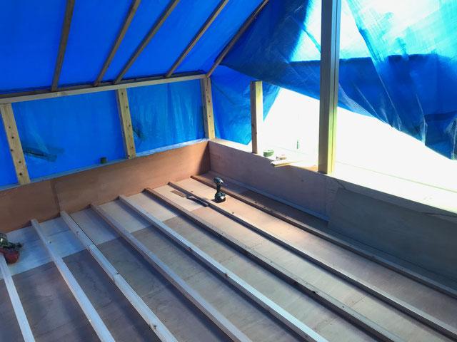栃木県のバルコニー菜園のある家の家づくりの様子/根太の施工
