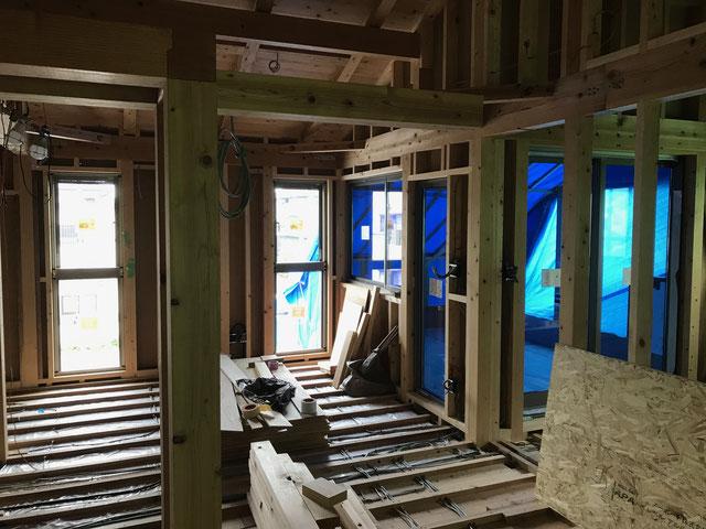 窓サッシ取り付け後の様子を屋内から見る