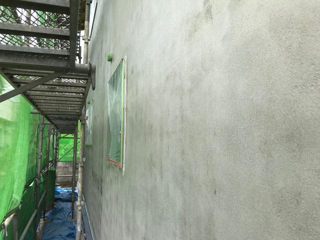 栃木県のバルコニー菜園のある家の家づくりの様子/外壁のシーラー塗装