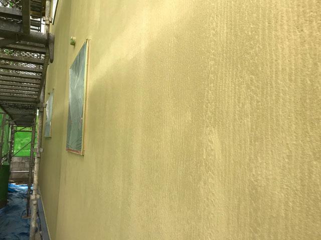 栃木県のバルコニー菜園のある家の家づくりの様子/外壁の仕上げ材下塗り