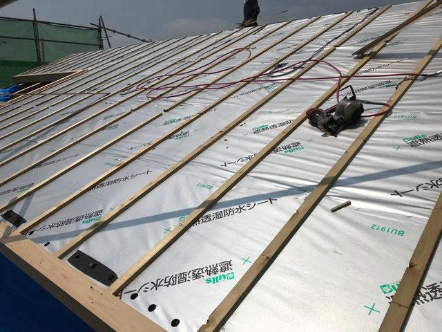 遮熱透湿防水シートの上に胴縁という長細い木材を施工している