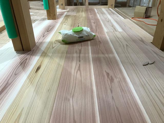 2階の床材は杉の無垢板