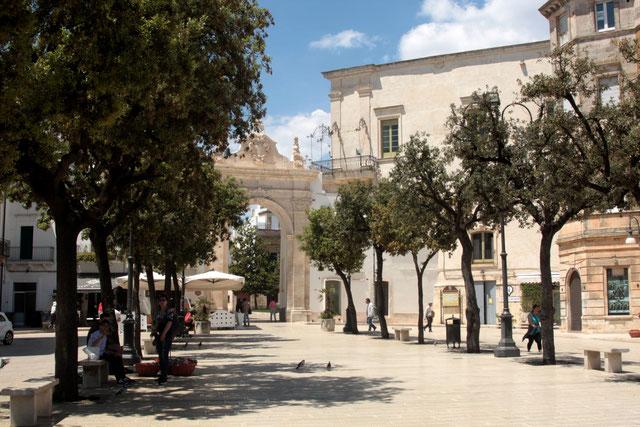 Piazza 20 Septembre mit Blick auf den Arco di Sant Antonio