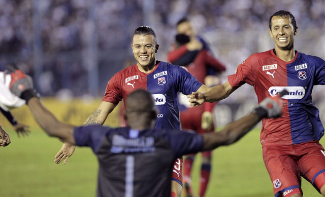 Andrés Mosquera (de dos) est fêté comme il se doit par Leonardo Castro (au centre) et le capitaine Andrés Ricaurte après la qualification de Medellin pour la phase de groupes, aux tirs au but chez l'Atlético Tucuman
