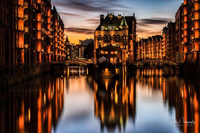 Hamburg / Hamburger Wasserschloss, Speicherstadt, Langzeitbelichtung, 2015, © Silly Photography