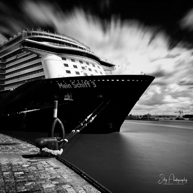 Hamburg / Hamburger Hafen / Hafencity / Mein Schiff 3, Langzeitbelichtung, 2014, © Silly Photography