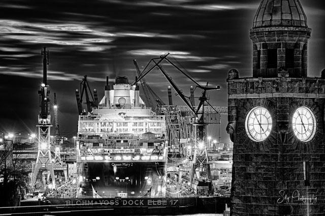 Hamburg / Landungsbrücken / Pegelturm / Dock Elbe 17, Queen Mary 2, 2011, © Silly Photography