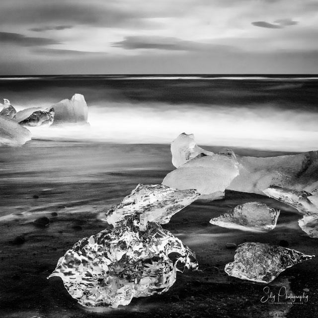 Islaland, Jökulsárlón, schwarzer Sandstrand, Langzeitbelichtung, 2015, © Silly Photography