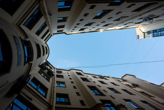 空を見上げるイメージ