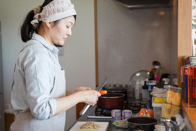 産前産後家事サポーターが料理を作っている画像