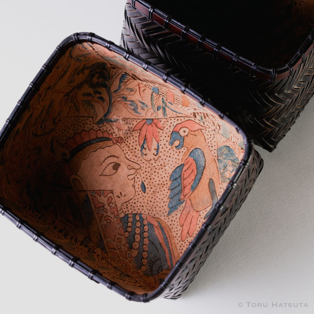 竹組茶籠 銘『武蔵野』の内張には異国の人物と野鳥の古裂を