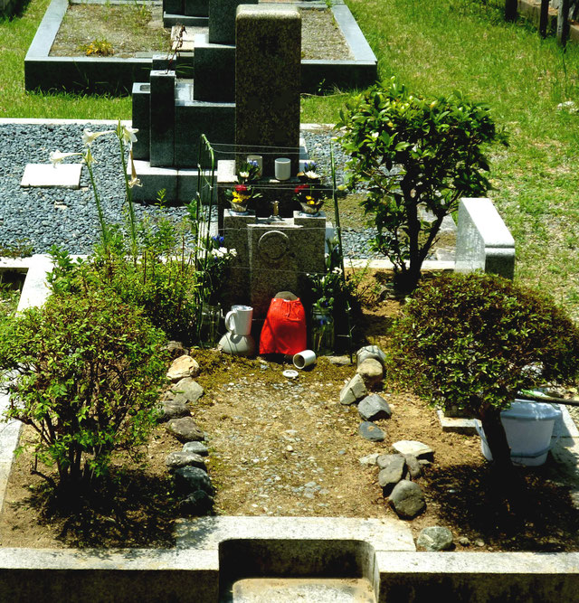 アットホームなイメージのお墓。左向こうでは白ユリの花が風にそよぐ・・