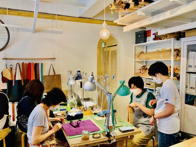 神奈川県のレザークラフト教室ヨコハマセリエ製作の様子