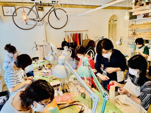 レザークラフト教室ヨコハマセリエ横浜元町教室の生徒さんと先生