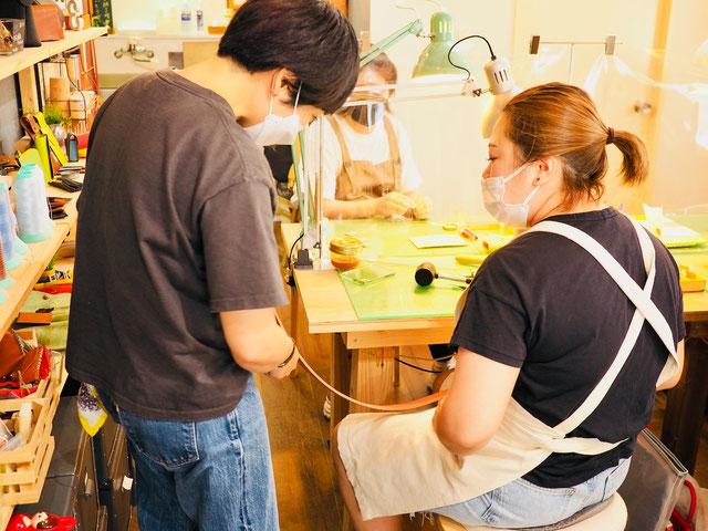レザークラフト教室ヨコハマセリエ東京青山教室縫い穴の確認