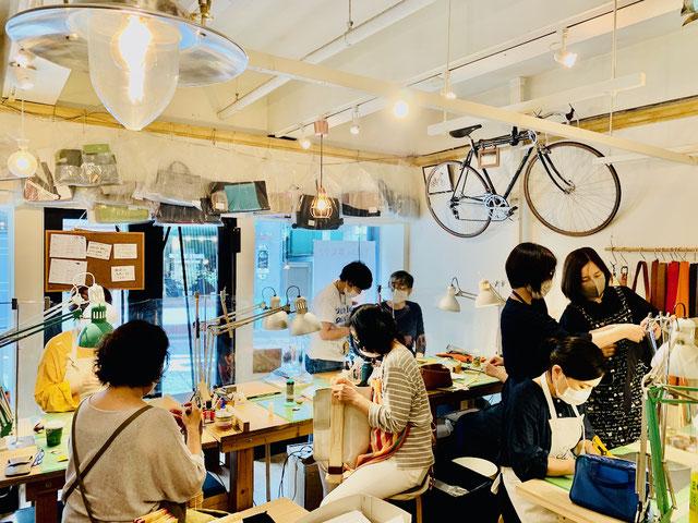 レザークラフト教室ヨコハマセリエ横浜元町教室の水曜午後クラスの生徒さんと先生