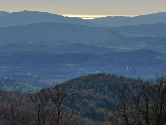 Weiter Blick über die Hügellandschaft der Toskana. Wir fahren dorthin, wo es am schönsten ist.