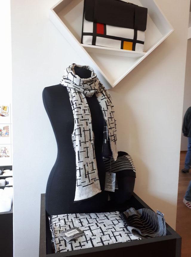 sjaal Pier en Oceaan (inspiratie Mondriaan) en mutsen, presentatie Gemeentemuseum Den Haag                          (foto Kees v. Hemert)