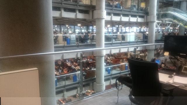 ロイズ(Lloyd's of London)内、 多くのアンダーライター諸氏がアンダーライティング・ボックスにてロイズ・ブローカーが持ち込む案件を検討している