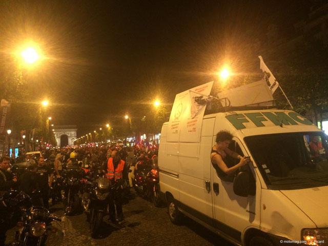 """""""Aux Champs-Elysées..."""" (photo Motomag)"""