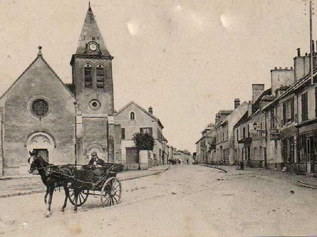 PLACE DE L'ELISE ET RUE DE PARIS VERS 1900 ?.