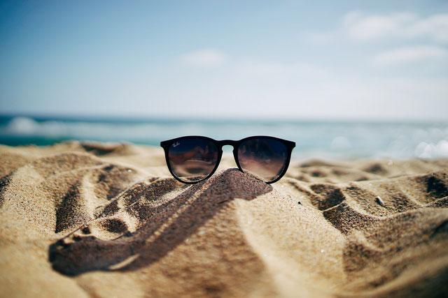 Brille liegt im Sand, bzw. am Strand