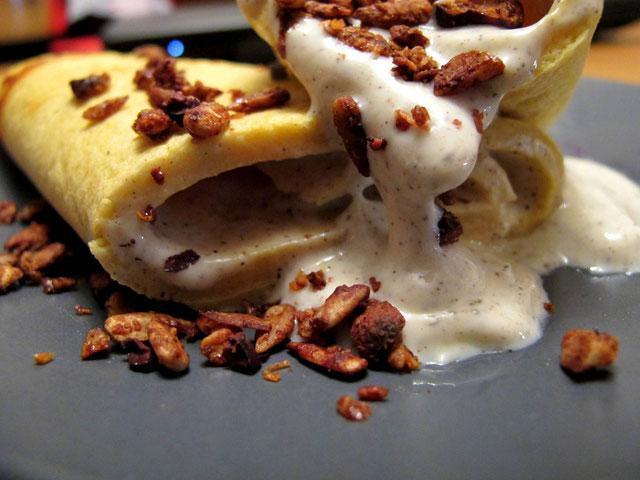 Gefüllter glutenfreier Pfannkuchen mit SCD-Vanille-Joghurt und selbstgemachtem Knusper-Müsli