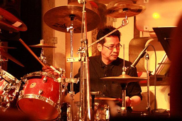 ドラムを叩く村井芳裕