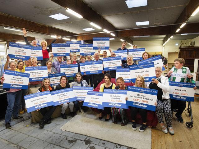 Alle organisaties met hun cheque | Foto: Jeroen van Kooten