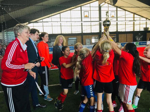 Pokalübergabe Siegerteam WKIII – Lambertischule Ochtrup