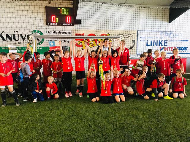 Die Siegerteams der Heinrich-Neuy-Schule (WK I und WK II) und der Lambertischule Ochtrup (Mädchen) sowie die Unterstützer der Offenen Stadtmeisterschaften