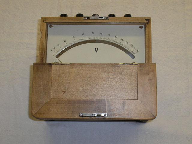 Weicheisen Voltmeter für Wechsel / Gleichstrom mit 1 % Toleranz,  gefertigt 1935