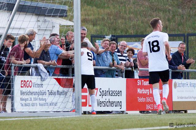 Nach seinem zweiten Treffer zum 3:0 genoss Andy Schoch das Abklatschen bei den Schröcker Fans
