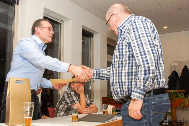 Wurde für seine 50 jährige Mitgliedschaft im Verein geehrt. Walter Sauer nahm die Glückwünsche von Bernhard Mankel entgegen.