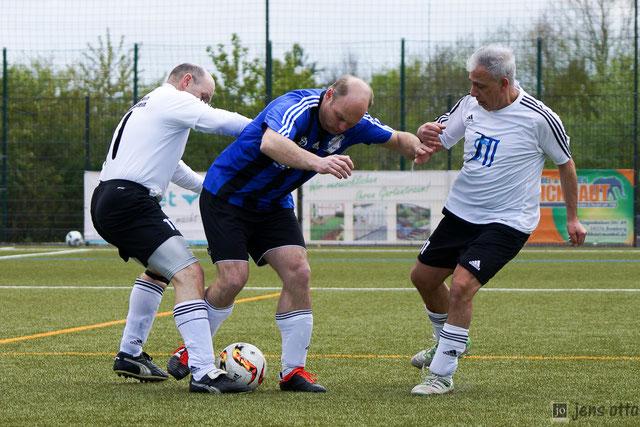 Setzt sich auch gegen zwei Gegenspieler der SG Niederklein/ Langenstein durch. SG Stürmer Jan Pieper