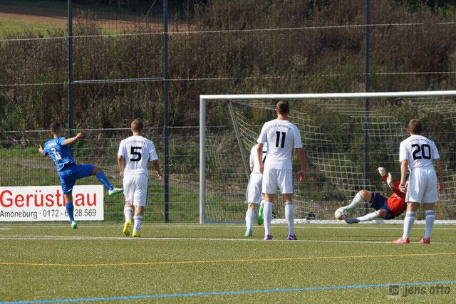 Flo Eidam hält den Elfmeter von Schwanheims Nikola Mladenovic