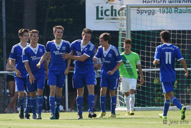 Das Team beglückwünscht Torschütze Sven Bartsch zum erzielten Treffer
