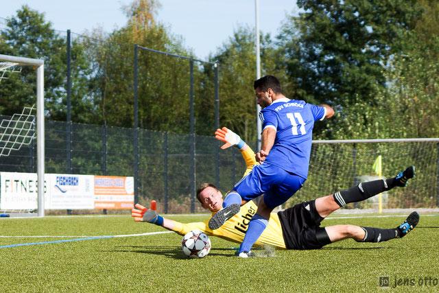 Alban Ademi scheitert zunächst am RSV Schlussmann Joachim Netsch, erzielte im Spiel dann aber noch zwei Treffer.
