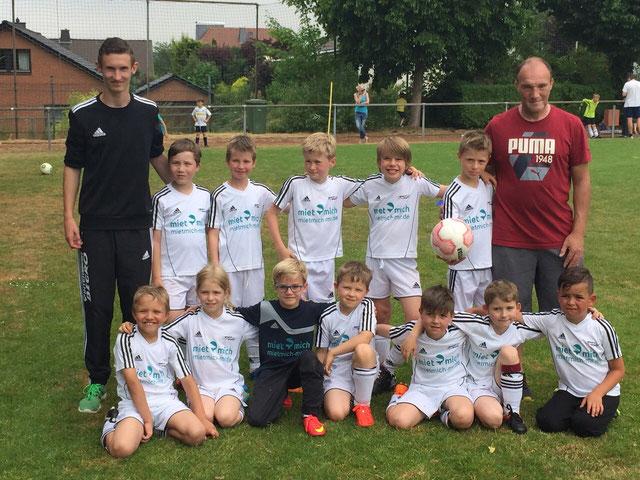 Unsere F- Junioren mit ihren Übungsleitern Steffen Vandirk und Carsten Kuhn