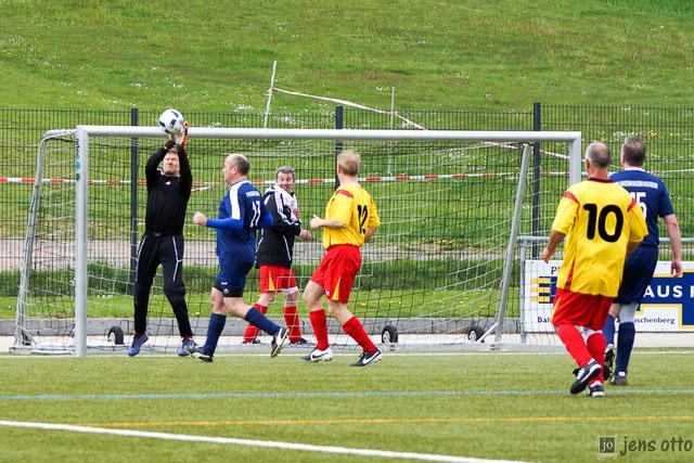 Sichere Beute, der Südkreis- Keeper fischt den Ball vor dem Gegner der SG Hassen- Bellnhausen/ Hachborn/ Mardorf/ Erfurtshausen ab.