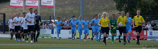 Einlauf der beiden Teams zum Gruppenliga- Derby gegen den SV Bauerbach